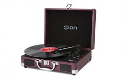 Ion Audio Vinyl Motion | Transportabler Retro Koffer Plattenspieler mit USB Digital Encoder + wiederaufladbarem Akku - inkl. Converter Software (MAC/PC) - Himbeerrot - 1